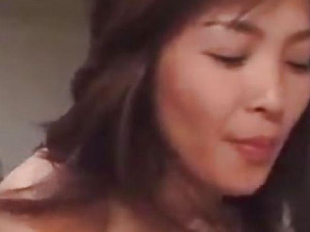息子と二人で暮らす美人な熟女の母との無修正近親相姦動画