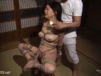 夫の元上司に強姦され緊縛されながら調教されていく巨乳の未亡人動画