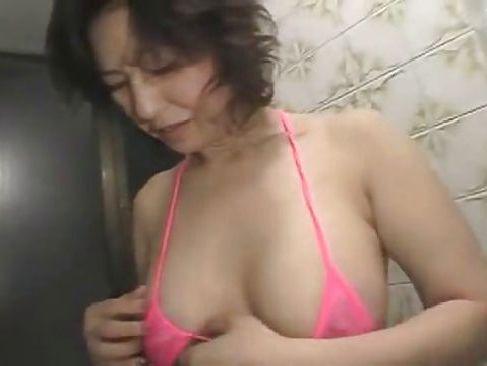 色っぽく敏感体質な四十路熟女の巨乳妻が旦那を優しくいたわり昼間からセックスしてあげる熟年夫婦動画