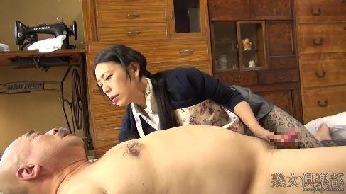 美熟女な介護士がおじいちゃんのちんぽを見て発情しえっちしちゃう高画質な無修正熟女動画