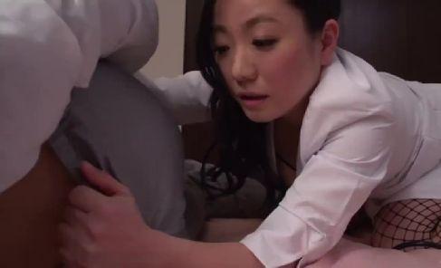 美人な熟女の女医がいやらしい下着を付け患者を夜這いしちゃう高画質の無修正熟女動画