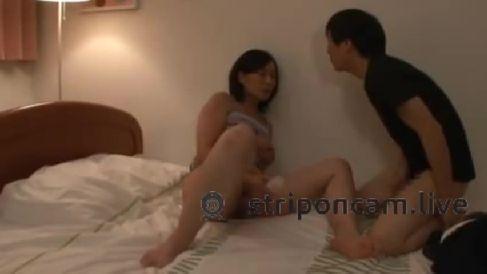 豊満な嫁のお母さんが性欲旺盛で娘婿を半尻で誘惑しセックスに持ち込む淫乱熟女動画