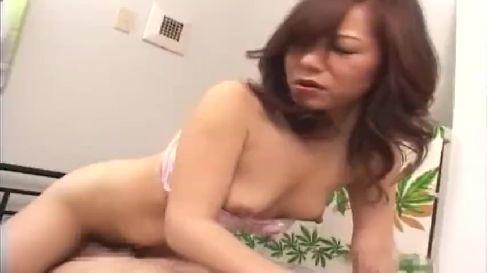 おまんこを顔やちんぽに擦り付けビクビクしながらエロい腰振りで感じる淫乱な熟女動画