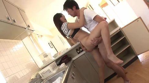 美人妻が旦那以外の男とこっそり声を堪えてセックスする人妻熟女動画