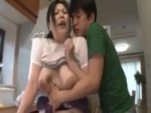 豊満な義母の体にムラムラが止まらない娘婿と激しく絡み合うセックスしちゃう熟女動画