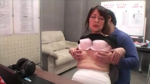 モザイク処理の会社にアルバイトに来たおばさんがAVを見て発情していく熟女の動画