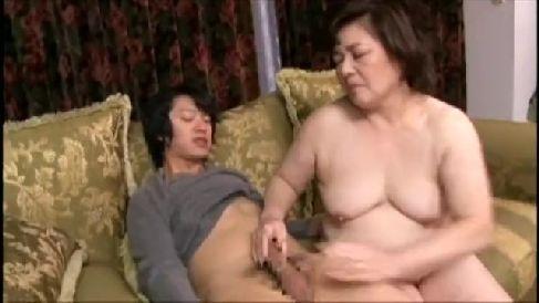 豊満なおばさん体型の母の巨尻に発情した息子と近親相姦セックスで悶える六十路の熟女動画