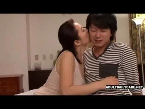 五十路熟女と若い男優のセックス動画!ねっとりフェラにパイズリとエロいテクを駆使して濃厚な絡み!