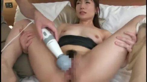 夫の目の前で寝取られていく美人妻の熟女セックス動画