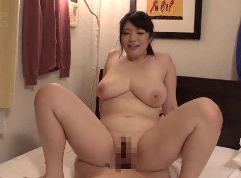 巨乳な美熟女達が発情した男に夜這いされ欲情して激しく腰を振って悶える熟女セックス動画
