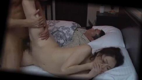 夫が寝ているすぐ隣で義兄に夜這いされ喘ぎ声を堪え感じて悶える美人な人妻の熟年女性動画