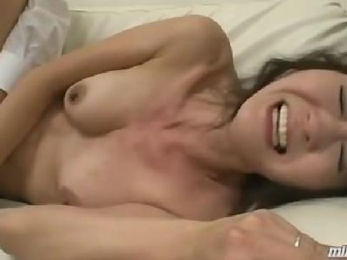 激しく黒ずんだおまんこを弄られて潮噴きしながら悶絶絶頂してる50代の熟女母のおばさんの動画