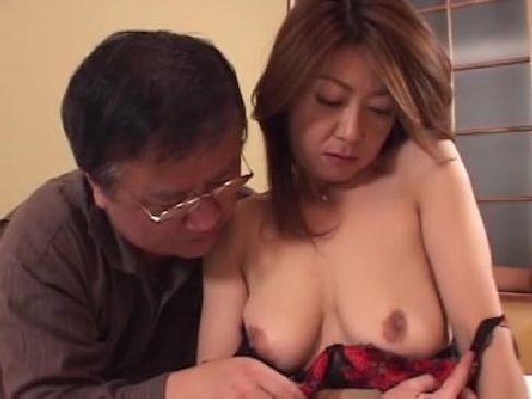 50代の熟年夫婦が今でも毎日のように生セックス!美熟女母の妖艶な姿を目撃した息子が暴走するおばさんの動画