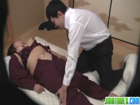 客にクレームを入れられて女将に報告しない代わりに身体を要求される豊満熟女仲居のおばさんの動画50代無料
