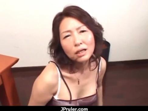 セックスが好きすぎる里中亜矢子が淫語を連発しながら服を脱ぎ捨ておまんこを披露!悩ましい表情でチンポをおねだりしてるおばさんの動画
