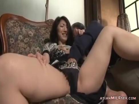 義父と家庭内不倫してる五十路熟女!ゆっくりと手マンされてビクビク敏感に反応してるおばさんの動画