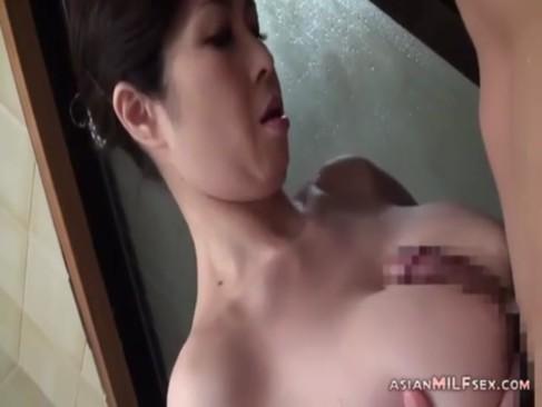 息子の身体を豊満熟ボディを使って綺麗にしてあげる豊満巨乳熟女のjyukujo動画画像無料