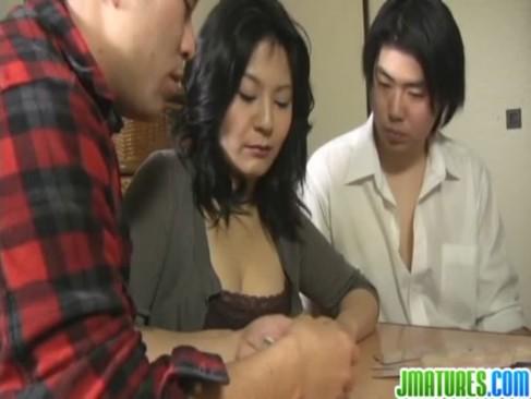 四十路熟女妻が強引な3Pで大興奮!激しく愛撫されて悶えながら絶頂しちゃうjyukujo動画画像無料