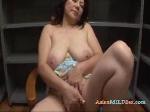 60代の完熟したおばあさんがおめこや陰核を弄り自慰行為で快楽に絶頂してる熟女動画画像無料