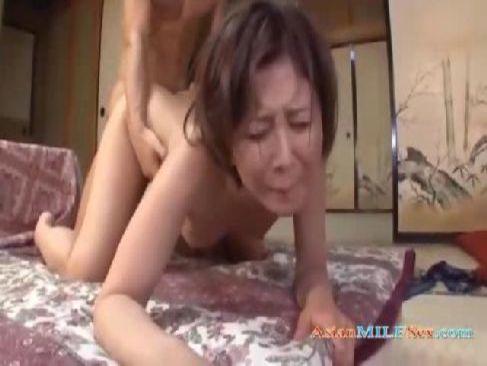 夫婦の寝室で汗だくで激しいセックスをしてる40歳の熟女妻が喘ぐ熟年カップル動画無料