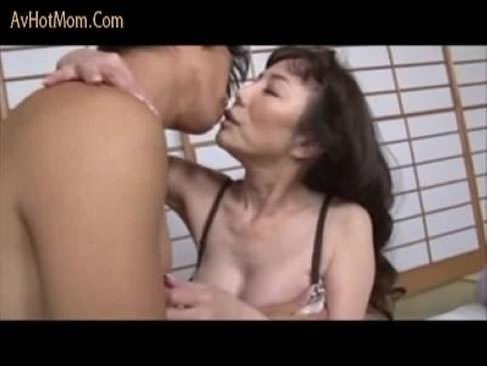六十路の豊胸した熟女が青年と濃厚なセックス!手入れのされた身体を武器に青年にガッツリ絡み合うjyukujo動画