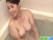 暮町ゆうこがお風呂場で上目遣いでフェラチオするjyukujo動画