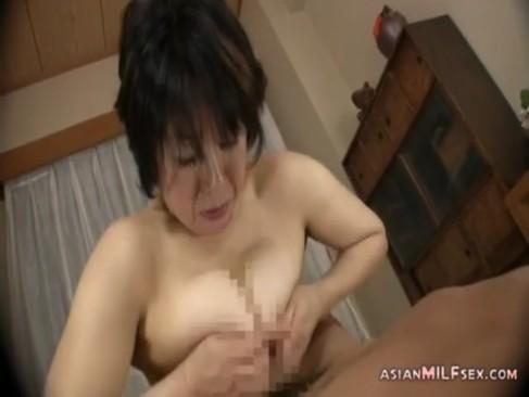 五十路巨乳おばさんが久しぶりのチンポを一心不乱にパイズリやフェラチオ!おまんこをハメられて悶えまくるjyukujo動画