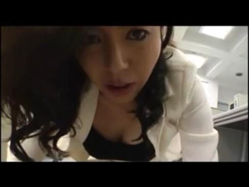 色気たっぷりな美熟女秘書が社長とセックス三昧!その美貌と抜群のエロテクが凄いおばさんの動画