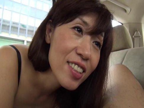 車の中でセックスしてる五十路熟年女!ねっとりとしたフェラチオしてから生のままおまんこに挿入してるjyukujo動画画像無料