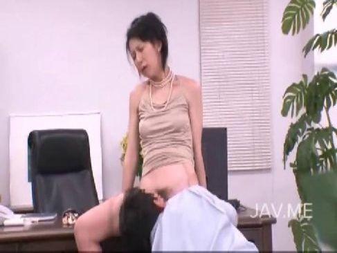 40代の社長秘書が仕事中に激しい性交をしておまんこを濡らし絶頂する熟女の塾女性誌 画像無料