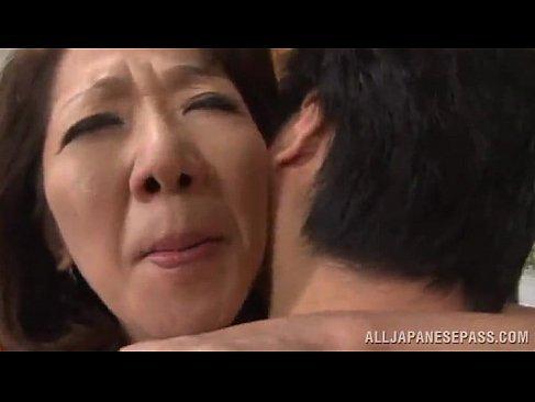 普通の五十路熟女が肉棒を求めて息子と母子相姦してるおまんこなじュクじょ kiss