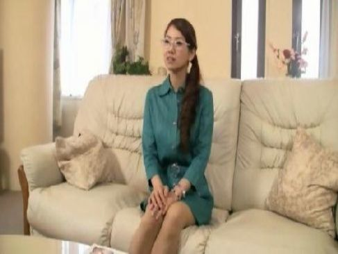 メガネをかけた知的な40歳の熟女主婦がポルノビデオに出演し濃密な性交をしてるアダルトなjyukujo無料動画倶楽部