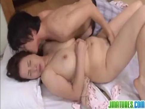 還暦の爆乳老女が娘の彼氏を誘惑して寝取ってる日活ロマンなおばあさんのセックス動画無料