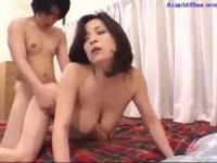 50歳の完熟した巨乳おばさんが激しくて濃厚なセックスで肉壺に中出しされる熟女動画画像無料