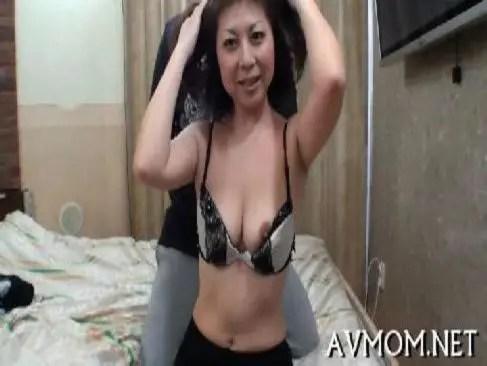 普通の40歳の美熟女妻がポルノビデオ体験で念入りに男根を咥えておめこしてるjyukujo動画画像無料