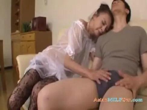 70代の貧乳おばあさんが甥の巨根を貪るように口淫しながらおまんこに挿入してるjyukujo動画画像無料