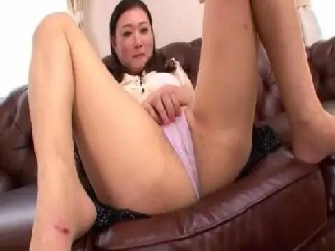 50代の田舎の五十路熟女がポルノビデオ体験で恥ずかしそうにおめこや陰核を弄られてるjyukujo無料