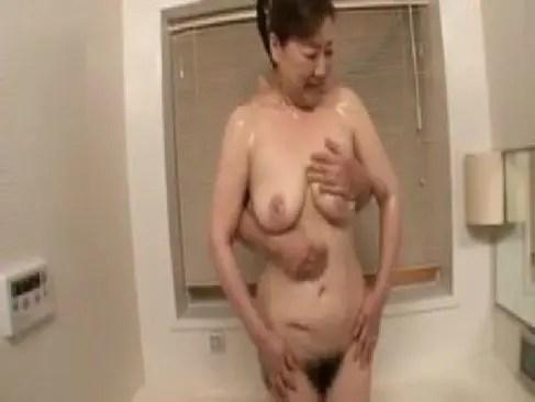 豊満な体の五十路熟女が風呂場と寝室で若いチンポと性交するjyukujo50.com