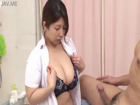 肉感的な巨乳体型の四十路熟女ナースが患者に迫られてチンポを握る日活 無料yu-tyubu