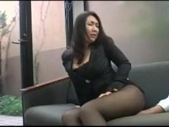 ミニスカで商談する女社長のおまんこをこっそり触り会議室でそのまま主観でセックスに持ち込む熟女動画