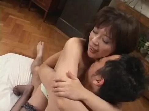 巨乳の垂れ乳熟女がお風呂場でフェラ抜きしたり放尿やオナニーセックスする熟女動画