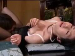 喪服を着た美人な未亡人が男に荒々しく犯されたがるエロい熟女動画