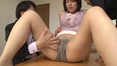 豊満熟女のOLが同僚に弱みを握られ体を弄ばれながら悶える熟女動画