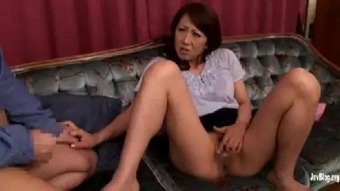 爆乳な熟女の母が息子の友達を誘惑して欲求不満な体を満たしていく淫乱な人妻熟女の動画