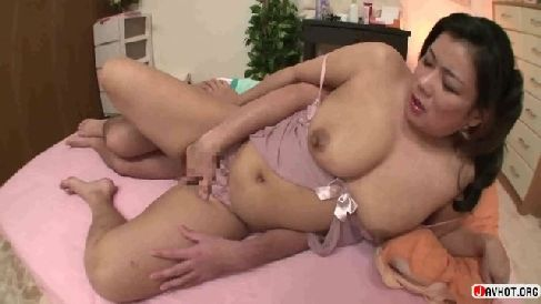 豊満熟女がカメラ目線で幼児プレイでちんこをしごいておまんこを濡らす人妻熟女動画