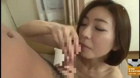 母の友人の美人妻が息子を誘惑して若いちんこを堪能していく人妻熟女の動画