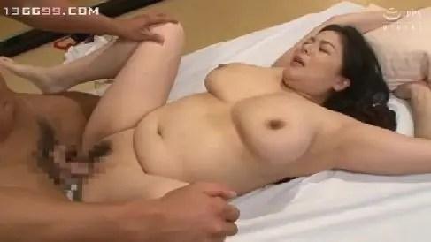 欲求不満な豊満熟女の母が娘の彼氏を誘惑してセックスしちゃう人妻熟女の動画