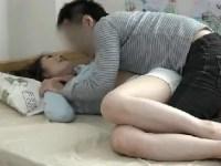 スレンダーなママ友を家に招き入れ口説いていく人妻熟女の盗撮動画