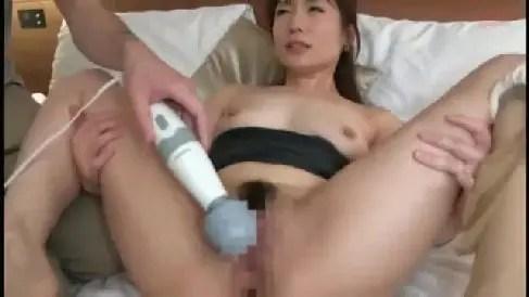 可愛い人妻が夫の前で寝取られてい行く熟女セックス動画
