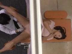 産婦人科に検診に来た妊婦の若妻が分娩台でおまんこを弄られ大量潮吹きして悶える熟女セックス動画
